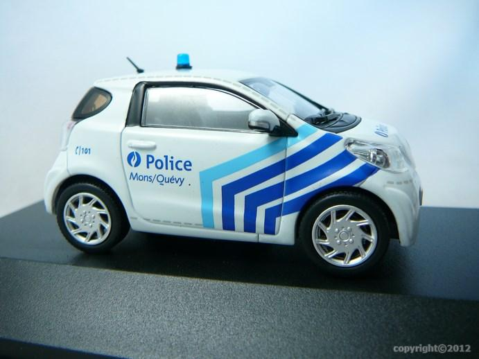 miniature voiture toyota iq police. Black Bedroom Furniture Sets. Home Design Ideas